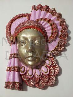 Máscara de polvo cerámico decorada.