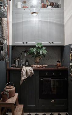 Litet kök med mycket charm. Våga välja två färger på köket m