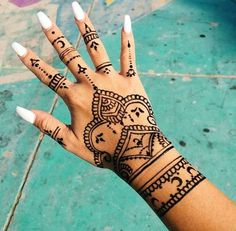 Henna tattoos While traditional mehndi is synonymous with Indian weddings, many modern Indian brides have started opting for contempo. Designs Henna, Henna Tattoo Designs Simple, Beautiful Henna Designs, Simple Henna, Geometric Designs, Hena Tattoo, Henna Tattoo Hand, Mandala Tattoo, Hand Tats