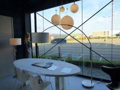 Mooie booglamp gemaakt van geschuurd staal. De boog is UITSCHUIFBAAR op twee plaatsen en kan worden uitgeschoven in de hoogte en de breedte. Deze moderne booglamp wordt geleverd met een luxe afgewerkte, strakke witte stoffen kap. Deze lamp is voorzien van een vloer dimmer. Voor eettafel , bank , salontafel . Home interior lights / online shop : click on this link www.rietveldlicht.nl Gratis verzendkosten