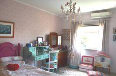 Depois da cama, vem a escrivaninha, a cômoda da bisa com o balanço e o <3 de luz que a minha amiga Ana fez especialmente pra gente! #muitoamorenvolvido <3 !