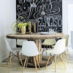 Contemporary kitchen-diner with industrial-style dining table and chalkboard wall Industrial Style Dining Table, Modern Industrial, Decoration Inspiration, Dining Room Inspiration, Blackboard Wall, Kitchen Chalkboard, Chalk Wall, Deco Table, Home And Deco