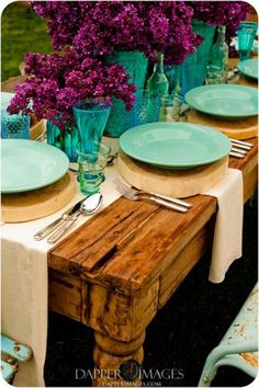 love this color scheme with the rustic table, Lavender with Turquoise place settings lilacs Sweet Home, Tables Tableaux, Wood Logs, Raw Wood, Wood Slab, Deco Table, Decoration Table, Centerpiece Ideas, Wedding Centerpieces