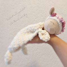 Schmusetuch Schäfchen Rosalie With my instructions you crochet in a few steps this sweet little sheep. The manual is suitable for beginners, but basic knowledge should be available. Crochet Sheep, Crochet Amigurumi, Amigurumi Doll, Crochet Toys, Free Crochet, Free Knitting, Baby Knitting, Knitting Patterns, Sewing Patterns