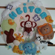 Enfeite de porta de maternidade no tema Safari. <br>Confeccionado em feltro e personalizado de acordo com o cliente.