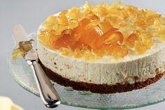 """Μια ελαφριά συνταγή, εύκολη και γρήγορη. Η καλοκαιρινή τούρτα με γιαούρτι θα σας κρατήσει «συντροφιά» τις ζεστές ημέρες του καλοκαιριού!! 🙂 Εκτέλεση Θρυμματίζετε σε μπλέντερ τα μπισκότα. Προσθέτετμε το βούτυρο και τα """"ψιχουλιάζετε"""". Στρώνουμε το μείγμα σε φόρμα δαχτυλίδι 23 εκ. και με την ανάποδη του κουταλιού το πατάμε να ισιώσει η επιφάνεια και να … Greek Sweets, Greek Desserts, Summer Desserts, Greek Recipes, Sweets Recipes, Cooking Recipes, Greek Cooking, Yogurt Cake, Cupcakes"""