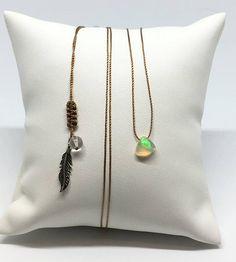 Collier ajustable avec petite Opale cabochon triangulaire, fil de nylon beige, cristal de roche et plume en Argent - Naissance Octobre