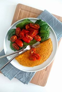 Une délicieuse omelette 100% végétale au tofu, accompagnée de tomates à la Provençale. Le tout vegan, sans œuf, sans gluten et sans lactose.