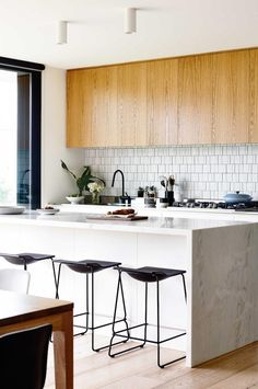 Do you need inspiration to make some Mid Century Kitchen Remodel Ideas in Your Home? There are a few reasons to think about upgrading the look of your Mid Century kitchen. Apartment Kitchen, Kitchen Interior, New Kitchen, Kitchen Dining, Kitchen Decor, Kitchen Island, 1970s Kitchen, Coastal Interior, Ranch Kitchen