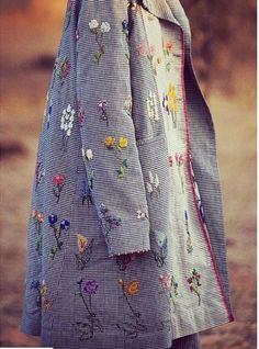 ,Great some ideas for wonderful embroidery By embroidering lovely habits, small numbers or beautiful edges, DIY style designers may style their individ. Embroidery Stitches, Hand Embroidery, Embroidery Ideas, Textiles, Mode Turban, Diy Kleidung, Embroidered Clothes, Inspiration Mode, Mode Outfits