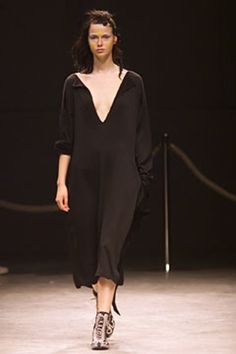 See the complete Yohji Yamamoto Spring 2002 Ready-to-Wear collection.