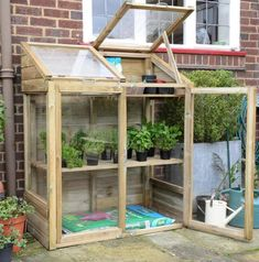 Get inspired ideas for your greenhouse. Build a cold-frame greenhouse. A cold-frame greenhouse is small but effective. Lean To Greenhouse, Backyard Greenhouse, Greenhouse Ideas, Greenhouse Wedding, Cheap Greenhouse, Diy Small Greenhouse, Pallet Greenhouse, Portable Greenhouse, Greenhouse Shelves