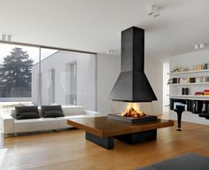 Une cheminée centrale suspendue modernité intérieur