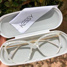 Glasses Frames Trendy, Cute Glasses, Sunnies, Sunglasses Case, Sunglasses Women, Pink Eyeglasses, Cute Imagines, Fashion Eye Glasses, Girl Boss