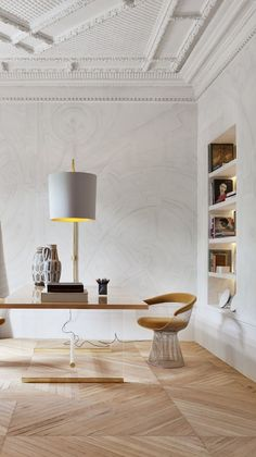 Home Office Workspace with Warren Platner Chairs. Elle Decor, Interior Architecture, Interior And Exterior, Classic Architecture, Ceiling Design, Ceiling Detail, Interior Styling, Stylish Interior, Classic Interior