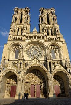 Cattedrale di Laon - facciata occidentale. La chiesa, costruita tra il 1155 e il 1245, è uno delle più importanti realizzazioni della prima fase dell'architettura gotica in Francia.