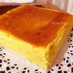 本格的なスフレチーズケーキ♡レシピ 子供達が大好きなスフレ・フロマージュ(チーズ)ちょっと破裂しちゃったけど、ふんわりしっとり♡オーナーから教わったレシピは最高です。\(^o^)/レモンのすりおろし皮がポイントよ♪ 20cm位の抜ける型。中にシートを貼り、外側はアルミでおおう。(お湯が入らない様に。) ①クリームチーズ200g、レモン汁大1、無塩バター80g、薄力粉40g、卵黄4コ、グラニュー糖60g、牛乳300g これを全部ステンレスの鍋にいれて、ゆっくり泡立て器でかき混ぜながらとろ火。 ふつふつ沸いて、とろみがついたらボウルに裏ごしする。 ②卵白4コ、グラニュー糖65gを固いメレンゲ。 ③すりおろしたレモン皮1個分と絞ったレモン汁を用意して(無ければレモン汁のみ)卵黄生地に混ぜる。メレンゲも合わせる。 シートを貼った型にながす。 ④出来れば下段がいいかなぁ。天板にたっぷりお湯をはり、155~160度60分以上、焼き色が着く迄しっかり焼く。こげそうならアルミかけてね。 粗熱とり、しっかり冷やしてね。翌日はさらに美味しいよ。