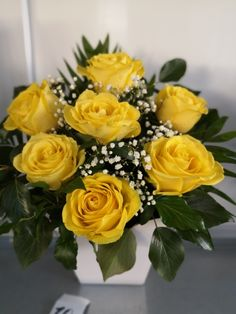 Aranjament din trandafiri galbeni in cutie Floral Arrangements, Floral Wreath, Wreaths, Rose, Plants, Decor, Fantasy, Floral Crown, Pink