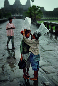 Children cover their heads with plastic bags in the rain, Angkor Wat, Cambodia, 1998 - Steve McCurry We Are The World, People Of The World, Street Photography, Travel Photography, Film Photography, Landscape Photography, Nature Photography, Fashion Photography, Wedding Photography