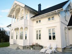 Klassisk sveitserhus Norwegian House, Swedish House, This Old House, My Father's House, Villa, Scandinavian Home, Farmhouse Chic, White Houses, House Goals