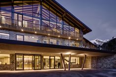 If you are not yet familiar with the outstanding work delivered by Studio Simonetti, Hotel Mont Blanc Courmayeur might be the perfect project. Hotel Architecture, Architecture Portfolio, Architecture Design, Hotels And Resorts, Best Hotels, Amazing Hotels, Whirlpool Jacuzzi, Hotel Amalfi, Chalets