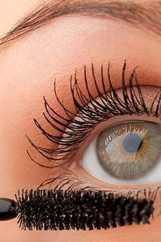 Makeup Mistakes That Make You Look Older Than You Are--using liner and mascara on lower lashes.curl upper lashes, apply volumizing mascara, then lightly to bottom lashes All Things Beauty, Beauty Make Up, Beste Mascara, Beauty Nails, Hair Beauty, Makeup Mistakes, How To Apply Mascara, Applying Mascara, Apply Eyeliner