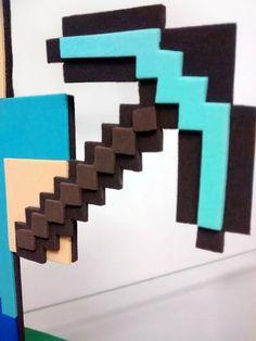 """Kit 5 enfeites de mesa Steve - Minecraft  KIT 05 ENFEITES DE MESA EM EVA, TEMA STEVE - MINECRAFT   ==================== Descrição do produto: ====================  Personagem Steve com espada de """"diamante"""", produzidos carinhosamente em EVA. Excelente acabamento e superdetalhado.  ==================== Dimensões do produto: ====================  Altura do Steve: 21cm; Largura da plataforma: 14cm; Altura total aproximada com a bexiga: 55cm."""