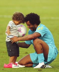 Marcelo & Enzo --> aw this is so cute! I wonder what year this is, because Enzo is a lot bigger now haha! Real Madrid Team, Real Madrid Soccer, Real Madrid Players, Fifa Football, National Football Teams, Psg, Marcelo Real, Chelsea, Soccer Boys