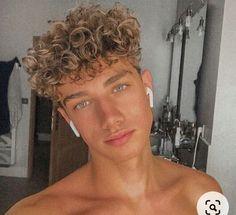 #wattpad #aventura nathaly golden black una chica de tan solo 15 años y hija de el millonario mas codiciado del pais tuvo la vida q toda chica queria pero ella no ella preferia ser una chica simple y corriente...pero su vida dio un giro ese dia el 4 de marzo ese dia cambio su vida por completo... Blonde Pony, Blonde Curly Hair, Boys With Curly Hair, Curly Hair Men, Curly Hair Styles, Cute Lightskinned Boys, Cute White Boys, Cute Teenage Boys, Cute Guys