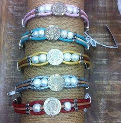 Pulseras de diseño exclusivo para combinar con todos los looks. Disponibles en varios colores Turquoise Bracelet, Beaded Bracelets, Jewelry, Fashion, Silver Bathroom, Pearls, Bracelet, Colors, Manualidades