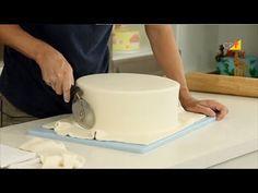 Como Cobrir o Bolo Com Pasta Americana - Curso a Distância Avançado de Decoração de Bolos - YouTube