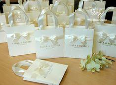 50 Avorio nozze sacchetti regalo con nastro di raso, arco e argento lamina nomi - sacco di carta personale elegante - borse Custom Wedding benvenuto