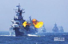 5月24日,在中俄「海上聯合—2014」軍事演習上,中國海軍飛彈驅逐艦哈爾濱艦主炮對海上目標進行射擊。(新華社)