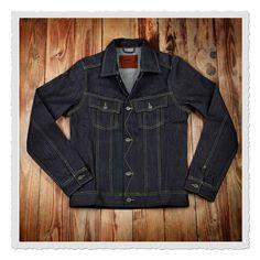 Bei dieser 1958 Roamer Jacket handelt es sich um eine klassische Denimjacke, wie sie Mitte bis Ende der 50er Jahre getragen wurde. Die kurzen und eng geschnittenen Jacken waren bei Cowboys besonders beliebt, da sie für das Reiten...