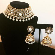 "Indischer Schmuck & Accessoires (Jugni Accents) ""Kundan Choker Set mit Tikka & E . - Indischer Schmuck & Accessoires (Jugni Accents) ""Kundan Choker Set mit Tikka & E … - Pakistani Jewelry, Indian Wedding Jewelry, Bridal Jewelry, Indian Bridal, India Jewelry, Jewelry Sets, Jewelry Accessories, Gold Jewellery, Tikka Jewelry"