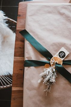 Mes emballages cadeaux de Noël 2020 - Pauline Dress - Blog Mode, Lifestyle et Déco à Besançon Pauline Dress, Furoshiki, Lifestyle, Etsy, Blog, Christmas, Velvet Ribbon, Green Ribbon, Invert Colors