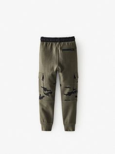Plush cargo pants with elastic waistband and adjustable front drawstring. Front flap pockets with snap button closure and back pockets with recessed zipper closure. Front patch appliqué and cuffed hem. Cargo Pants, Khaki Pants, Zara Home Stores, Boys Clothes Style, Zara Boys, Camisa Polo, Kids Fashion Boy, Sport Casual, Winter Looks