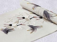手刺繍半襟 「松に鶴」 / カラー: 白鼠(02) 素材 :生地) 絹100%、刺繍糸) 絹100%(一部金属糸使用) 生地/染め:日本、手刺繍加工:中国 <ERISHO ORIGINAL…