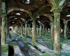 Constructions abandonnées. Inquiétantes pré-ruines...   Thomas Jorion