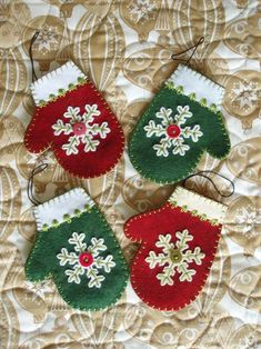 cute little mitten ornaments Felt Christmas Decorations, Christmas Crafts For Gifts, Felt Christmas Ornaments, Christmas Sewing, Christmas Projects, Handmade Christmas, Christmas Gifts, Reindeer Ornaments, Christmas Nativity