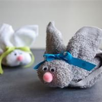 Idée cadeau : le lapin serviette  En voilà une idée de cadeau mignonne ! Une serviette invité enroulée sur elle-même, quelques petits éléments ajoutés et un lapin apparaît comme par magie. Celui-ci pourra même faire office de porte-savon.