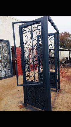 Door Gate Design, Door Design Interior, Front Door Design, Railing Design, Iron Front Door, Iron Doors, Iron Garden Gates, Traditional Front Doors, Window Grill Design