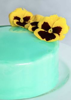 Make delicious and stunning mirror glaze in any colour with this recipe. The resulting effect on desserts and cakes is simply gorgeous! Easy step-by-step recipe. Layer Cake Recipes, Easy Cake Recipes, Sweet Recipes, Dessert Recipes, Desserts, Easy Mirror Glaze Recipe, Mirror Glaze Cake, How To Make Mirror, Cake Decorating