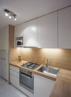 Cum a fost renovata o bucatarie lunga si ingusta - foto inainte si dupa- Inspiratie in amenajarea casei - www. Kitchen Room Design, Kitchen Cabinet Design, Modern Kitchen Design, Home Decor Kitchen, Kitchen Interior, Home Kitchens, Kitchen Cabinets, Bar Kitchen, Küchen In U Form