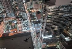 Exhilarating Shots of Thrill-Seekers Strolling Atop Skyscrapers - My Modern Metropolis Toronto Pictures, City From Above, Me Against The World, High Building, Heavy Heart, Modern Metropolis, Time Photo, Night City, Urban Landscape