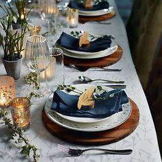What an elegant Christmas table style this is! The wooden placements work really well, as do the dark blue napkins. Round Table Settings, Christmas Table Settings, Christmas Table Decorations, Christmas Dining Table, Classy Christmas, Blue Christmas, Xmas, Comment Dresser Une Table, Wood Bark