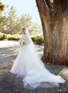 Anne Hathaway em seu casamento. Vestido Valentino  #vestidos #valentino