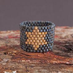 Ein schöner Ring und ich habe viele Komplimente von meinen Freunden hatte, wenn ich es getragen habe. Die Perlen in diesem Stück sind meine Lieblings - hochwertige Glas japanischen Delicas.The Stern ist 24K vergoldet Perlen. Ring wird nach Maß, so vergessen Sie nicht, mir Ihre