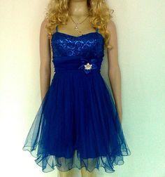 Vestido corto con falda en tul, color azul rey, blusa con lentejuelas y fajón.