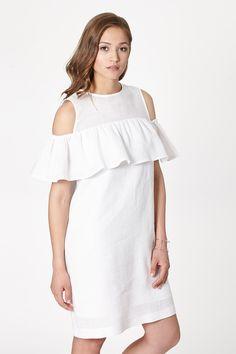 Luźna sukienka w kolorze białym, o kroju w kształcie litery A z ozdobną falbanką, którą można nosić na dwa sposoby. Posiada dwie wpuszczane kieszenie ukryte w bocznym szwie.  #modadamska #moda #sukienkikoktajlowe #sukienkiletnie #sukienka #suknia #sukienkiwieczorowe #sukienkinawesele #allettante.pl